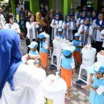 Ibu Iriana dan OASE KK Sosialisasi soal Kesehatan dan Berikan Bantuan Pendidikan di Cirebon