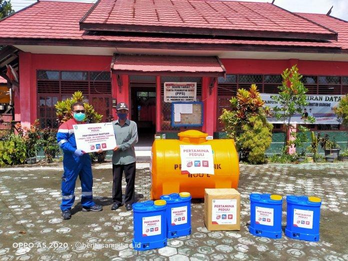 Pertamina Peduli, Seluruh RT di Kelurahan Baamang Hulu Terima Alat Semprot dan Tandon Air 1