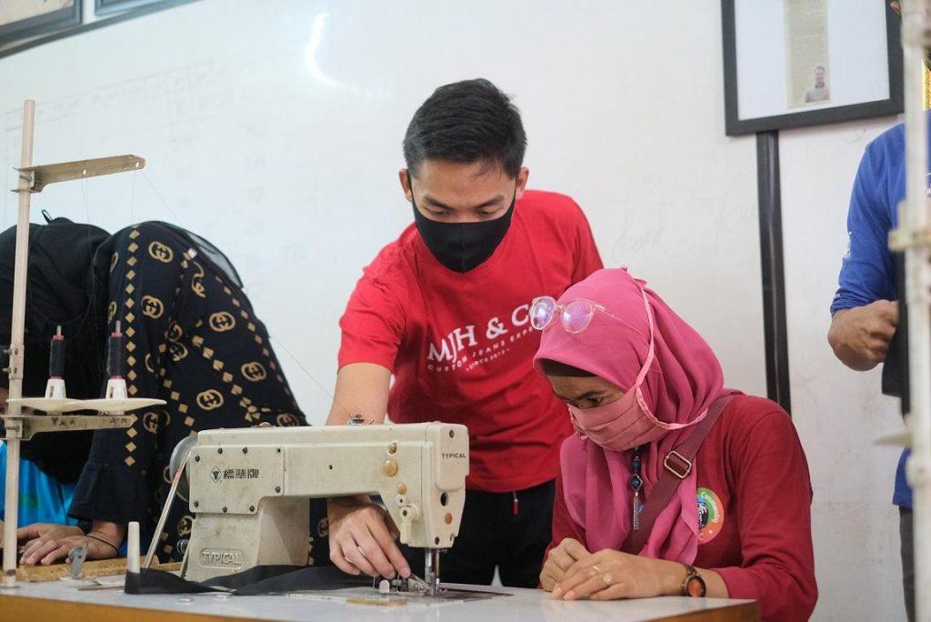 Dorong Produktivitas di Tengah Pandemi, Grab Latih Istri Mitra Pengemudi Membuat Masker 1