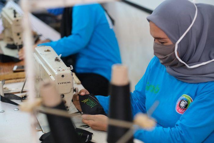 Dorong Produktivitas di Tengah Pandemi, Grab Latih Istri Mitra Pengemudi Membuat Masker 3