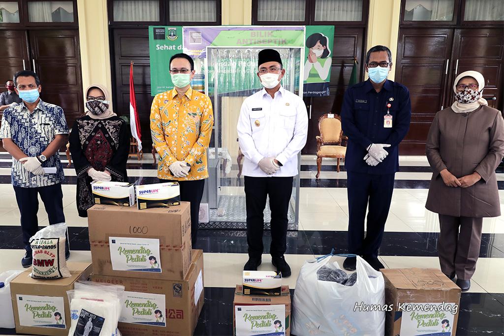 Lawan COVID-19: Minimalisasi Dampak COVID-19 di Banten, Kementerian Perdagangan Salurkan Bantuan Alat Kesehatan untuk Tenaga Medis dan Pasar Rakyat 1