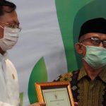 Menkes Terawan Memberikan Penghargaan untuk 5 Pahlawan Medis yang Gugur di Jawa Tengah
