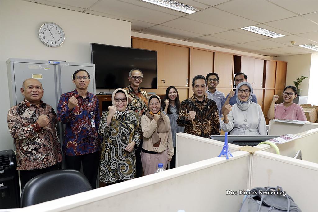 Terapkan Kamis Optimis di Kementerian Perdagangan, Mendag: Kita Harus Bangga Pakai Produk Buatan Indonesia 1