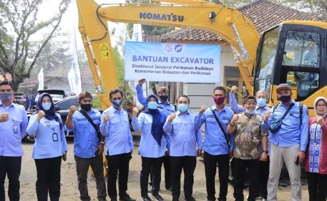 Pacu Pengembangan Tambak di Tasikmalaya, KKP Serahkan Bantuan Excavator 1